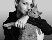 Felis silvestris catus - Homo sapiens / Katzen sind auch für berufstätige Menschen geeignete Haustiere, wenn sie mit einem Artgenossen zusammen leben oder Freigang gewährt bekommen.